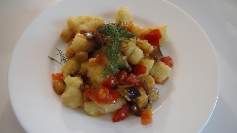Gnocchi di patate con sugo estivo vegetariano
